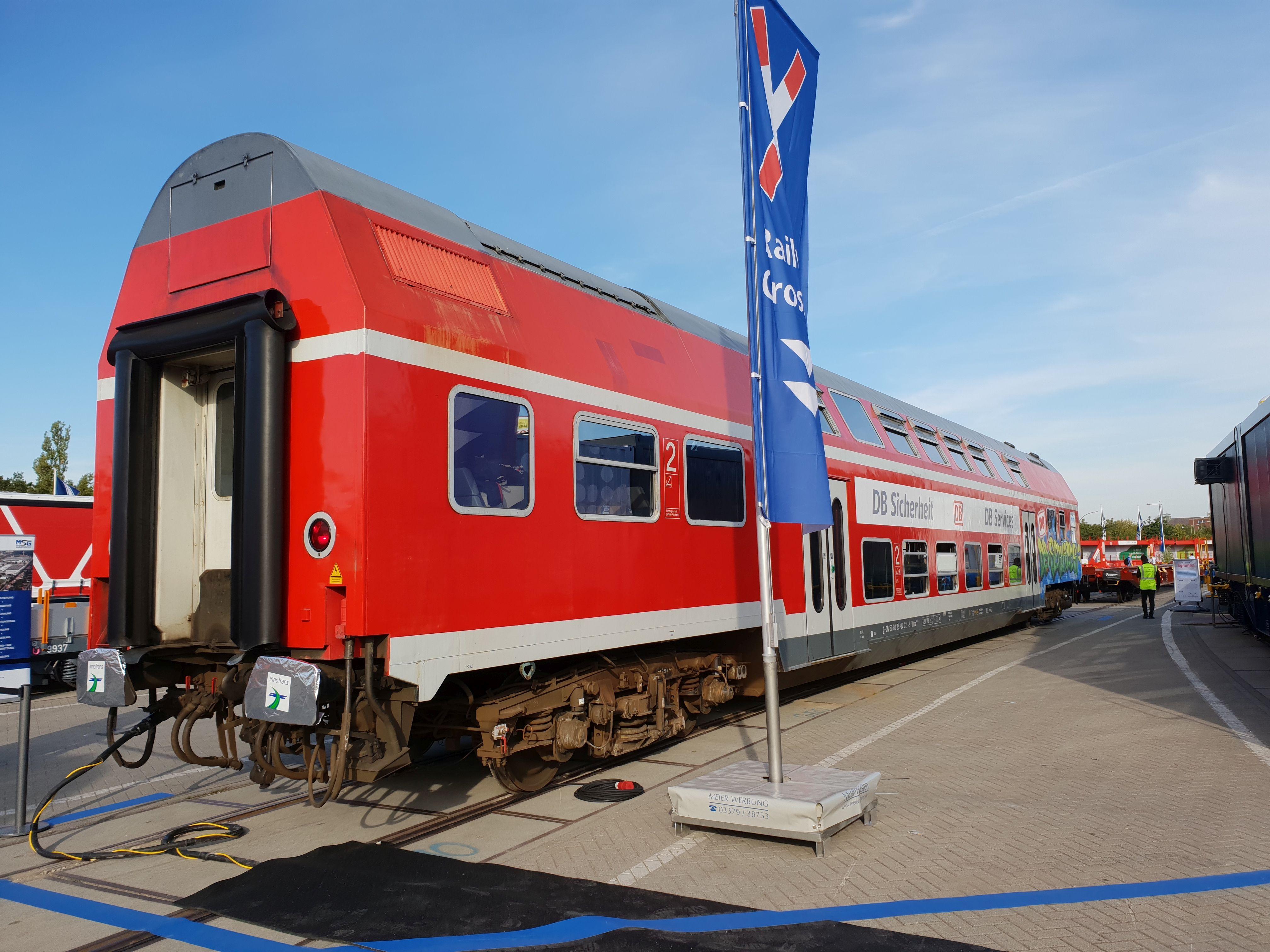 Foto: in einem Doppelstockwagen präsentieren sich DB Sicherheit und DB Services auf der Berliner Innotrans 2018